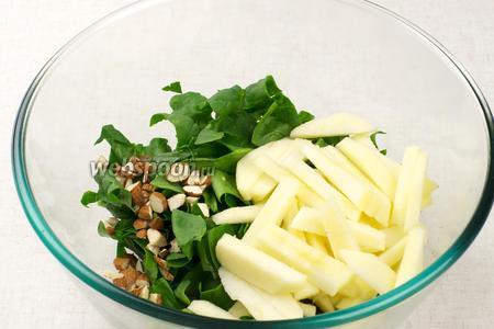 Соединить листья шпината, яблоки и миндаль.