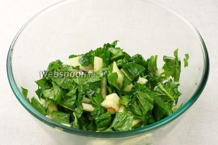 Добавить лимонный сок, щепотку соли и 3-4 ст.л. оливкового масла — хорошо перемешать салат.
