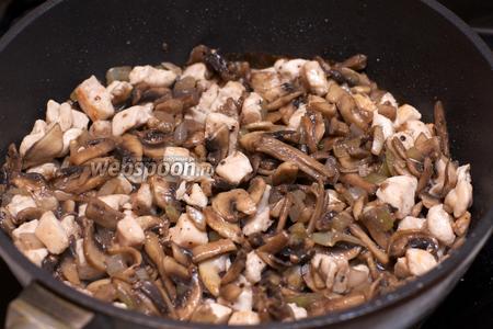 Добавить в готовые грибы обжаренное филе и хорошо всё перемешать.