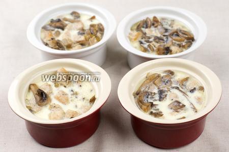 Затем добавить соус, ориентировочно по 2 ст.л., так чтобы начинка была полностью покрыта соусом.