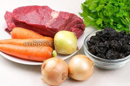 Для приготовления мяса возьмём мякоть говядины, лук, морковь, томатную пасту, вяленый чернослив без косточек, специи и зелень для подачи готового блюда.