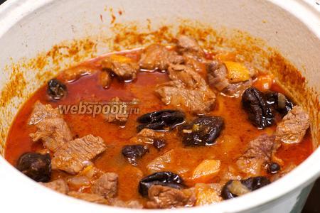 Готовое мясо подавать горячим с гарниром из отварного картофеля, присыпав зеленью петрушки.