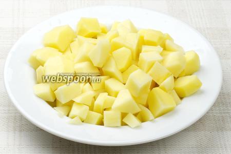 Для начинки картофель очистить, помыть и крупно порезать.