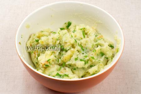 Готовый горячий картофель размять толкушкой, добавить обжаренный лук, петрушку, соль и чёрный молотый перец по вкусу — всё хорошо перемешать.