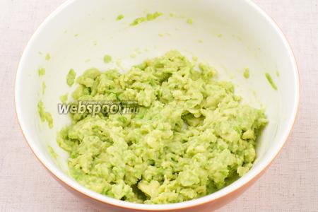 Авокадо очистить от кожуры, удалить косточку и размять вилкой в однородную массу.