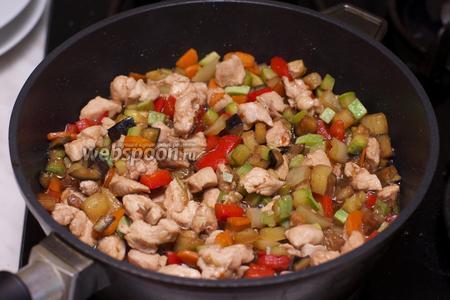 Прогреть всё вместе 2-3 минуты, добавить соль по вкусу и сразу подавать.