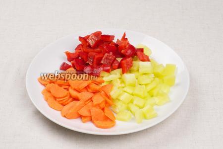 Сладкий перец и  морковь очистить и порезать.