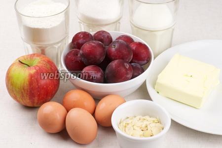 Для приготовления пирога возьмём: яйца, сахар, муку, яблоко, мягкое сливочное масло, а для начинки сладкую сливу и миндальные лепестки.