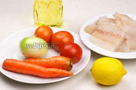 Для запекания рыбы хорошо подойдёт замороженное филе хека, так же понадобится морковь, репчатый лук, помидоры, сок лимона, растительное масло и специи.