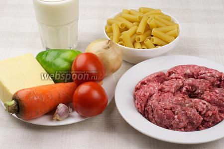 Для приготовления запеканки понадобится фарш, морковь, лук, сладкий перец, чеснок, макароны перья, молоко для соуса, растительное масло и специи.