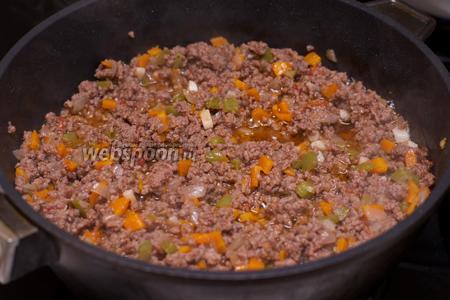 Когда фарш будет готов, добавить чёрный молотый перец и соль по вкусу.