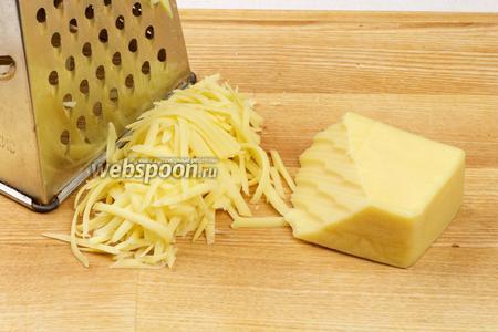 Натереть сыр на крупной тёрке.