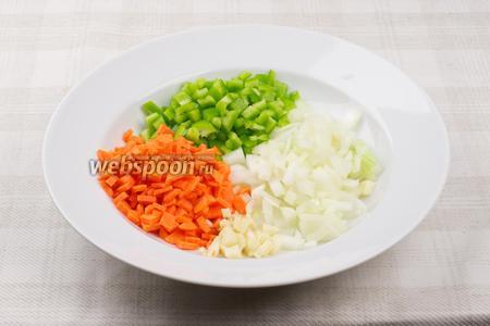 Лук, чеснок, морковь и сладкий перец помыть, очистить и мелко порезать.