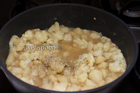 Добавить сушёный орегано и соль по вкусу.
