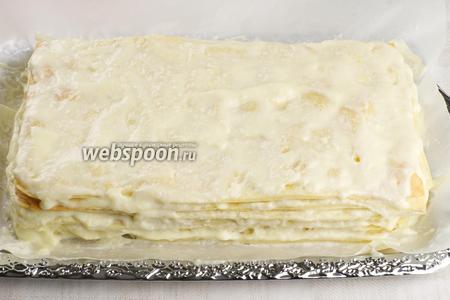 Верхний корж и бока торта смазать кремом.