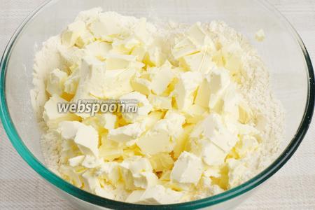В большую миску или на стол высыпать муку и порубить в ней маргарин.
