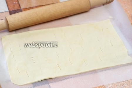 Затем в корже необходимо сделать частые проколы вилкой, для того, чтобы тесто не сильно вздувалось при выпекании.