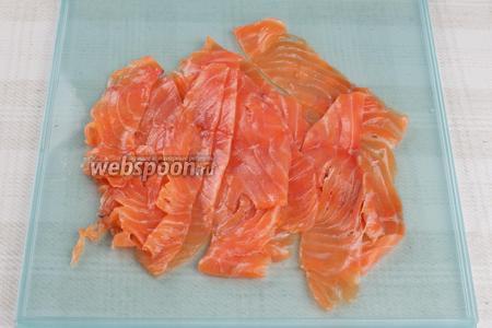 Филе рыбы нарезать очень тонкими ломтиками, чтобы они были почти прозрачными.