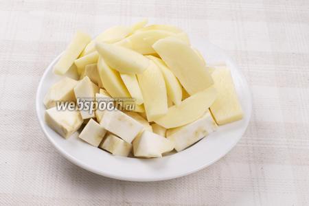 Картофель и сельдерей очистить и порезать крупными кусками.