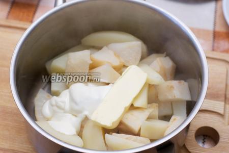 Затем слить лишний отвар, добавить сливочное масло и сметану.