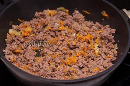 Затем к фаршу добавить приготовленную зажарку и помидоры, соль и перец по вкусу — готовить до испарения лишней жидкости.