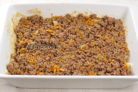 Затем на картофель выложить готовый фарш.
