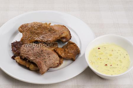 На порционные тарелки выложить 1-2 ст. л. соуса, сверху мясо и всё полить соусом ещё раз.