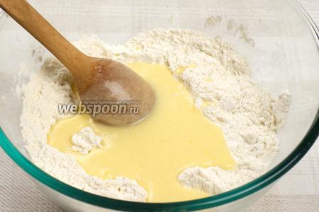 В сухую смесь добавлять по 1-2 ст. л. жидкой смеси и хорошо всё перемешивать.