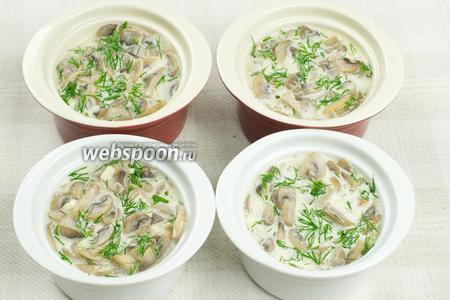 В порционные формочки разложить грибы с соусом.