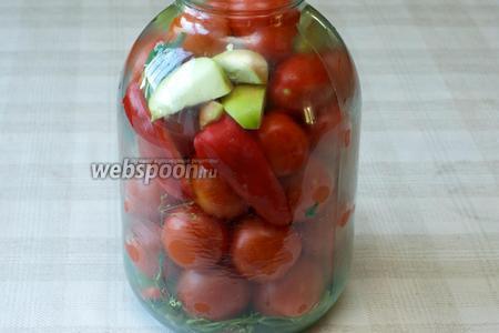Затем плотно уложить помидоры и сверху положить оставшийся горький и сладкий перец и яблоко.