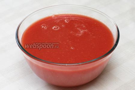 Затем пропустить порезанные на кусочки помидоры через соковыжималку или мясорубку с насадкой, которая не пропустит кожицу и семечки.