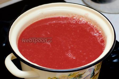 Перелить полученный сок в кастрюлю и варить 30 минут с момента закипания, периодически помешивая.