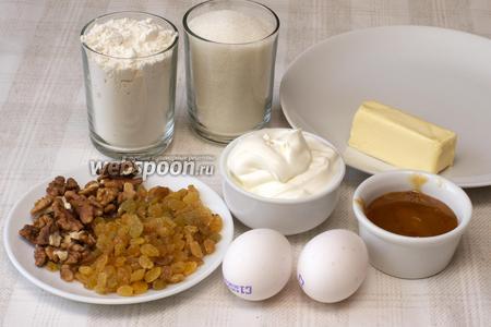 Для приготовления торта «Медовик» понадобится мука, сахар, сметана, сливочное масло, грецкие орехи, изюм без косточек, мёд и яйца.