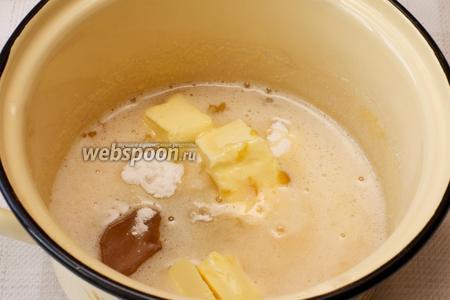 Затем добавить 50 г сливочного масла комнатной температуры, 2 ст. л. мёда и 2 ч. л. соды.