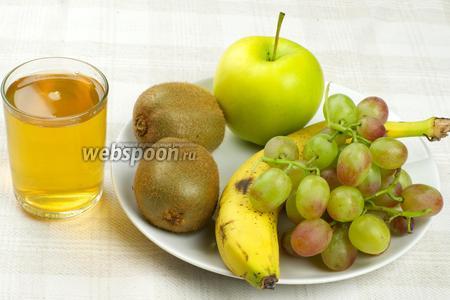 Для приготовления напитка возьмём большое спелое яблоко, банан, киви, небольшую гроздь винограда и стакан предварительно заваренного зелёного чая.