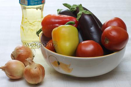 Для приготовления икры-салата возьмём средние баклажаны, хорошо спелые помидоры, разноцветные перцы, лук, растительное масло, уксус (7-9%) и специи.