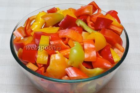 Перцы хорошо помыть, удалить семена и порезать.