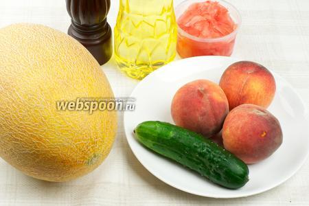 Для приготовления салата дыню лучше взять хорошо спелую и сладкую, так же понадобится средний огурец, 2-3 спелых персика, маринованный имбирь и растительное масло.