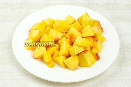 Персики помыть, очистить от кожицы и порезать.