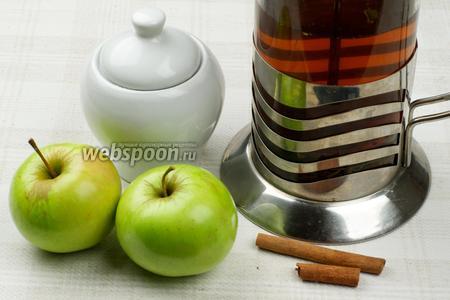 Для приготовления чая возьмём 2 небольших душистых яблока, корицу в палочках, заваренный чёрный чай и сахар.