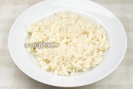 Тем временем приготовим начинку. Рис промыть, залить стаканом воды, хорошо посолить и отварить до готовности.