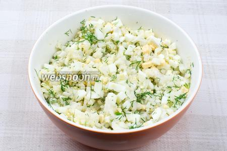 Соединить отваренный рис, яйца, укроп и добавить немного сливочного масла — хорошо всё перемешать (соотношение яиц и риса должно быть приблизительно одинаковым, но можно варьировать по вкусу).