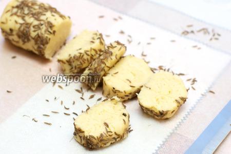 Порезать заготовки на печенье толщиной 1 см, получается ориентировочно 16-20 штук.