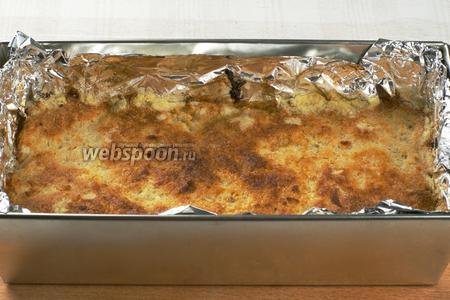 Выпекать в разогретой до 180 °С духовке 45-50 минут, до румяной корочки.   Готовый пирог остудить в форме, чтобы начинка схватилась, а затем можно вынимать и нарезать.