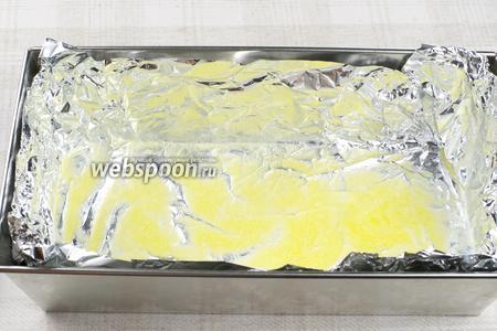 15-25 грамм сливочного масла растопить и обильно смазать форму для выпекания, застеленную фольгой (размер используемой формы 12х25 см).