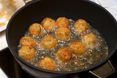 Разогреть в глубокой сковороде растительное масло и обжарить крокеты до золотистой корочки со всех сторон.