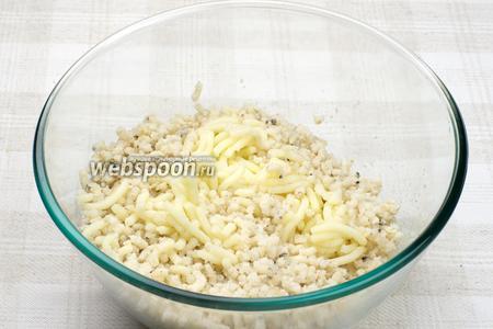 Остудить картофель и рыбу, а затем перекрутить всё на мясорубке.