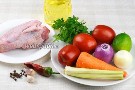 Для приготовления супа понадобится крыло индюшиное, лук, морковь, несколько стеблей сельдерея, чеснок, помидоры, острый перец и специи.