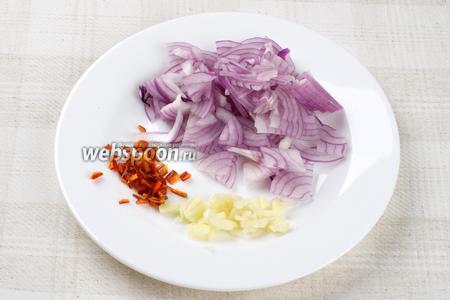 Фиолетовую луковицу очистить и нарезать тонкими полукольцами, чеснок и острый перец мелко порезать.
