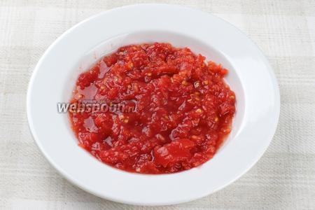 2-3 средних помидора помыть и натереть на крупной тёрке.